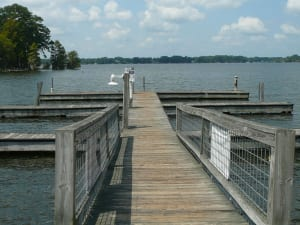 A marina on Lake Blackshear invites boaters to park for lunch or dinner at the resort.